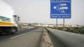 Un radar fijo en una carretera.