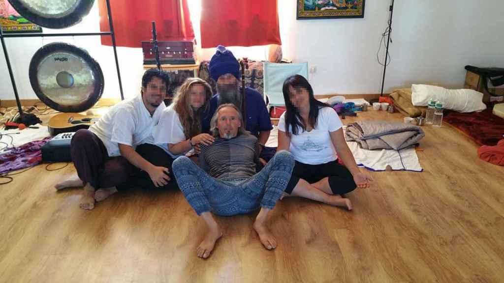 Antonio Acha, en el centro de la imagen con las piernas abiertas.