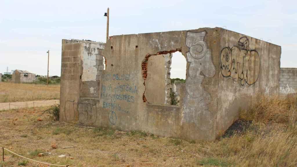 Las pintadas en las casetas abandonadas reclaman que no se olvide lo que allí sucedió