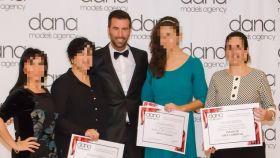Daniel Lucia, en el centro, repartiendo premios en un evento de moda.