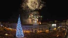 El reloj de la Puerta del Sol de Madrid da la bienvenida al nuevo año. /Efe