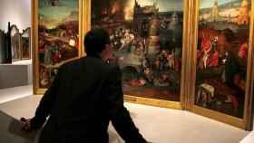 Visitante del Prado ante una obra de El Bosco.