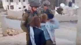 Un tribunal militar acusa de 12 cargos a la adolescente que golpeó a soldados israelíes