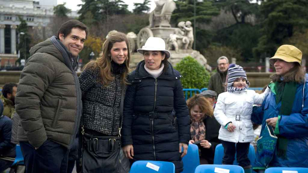 Luis Alfonso de Borbón, su mujer Margarita Vargas y la socialté Paloma Segrelles en la cabalgata en 2013.