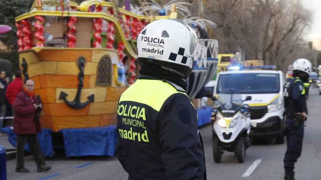 Un policía durante una cabalga en un barrio de Madrid.
