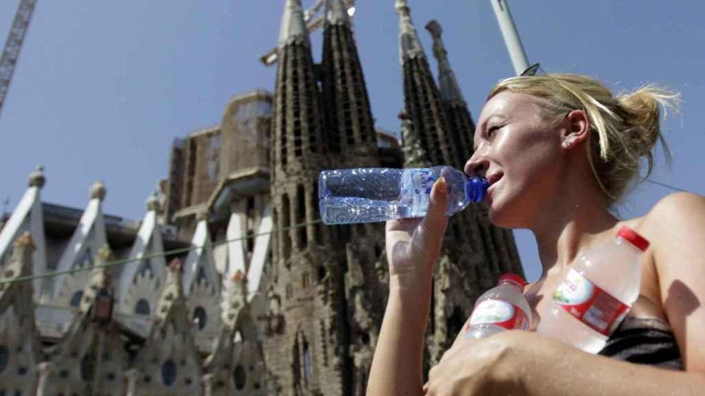Una turista ante la Sagrada Familia el pasado verano.