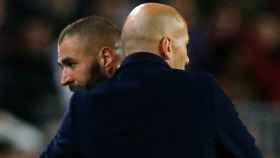 Zidane y Benzema se abrazan tras el cambio del francés