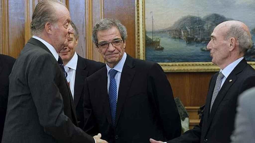 Don Juan Carlos, con el entonces presidente de Telefónica, César Alierta.