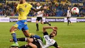 El defensa del Valencia CF, Martín Montoya (d), corta el avance de Jonathan Viera (Las Palmas).