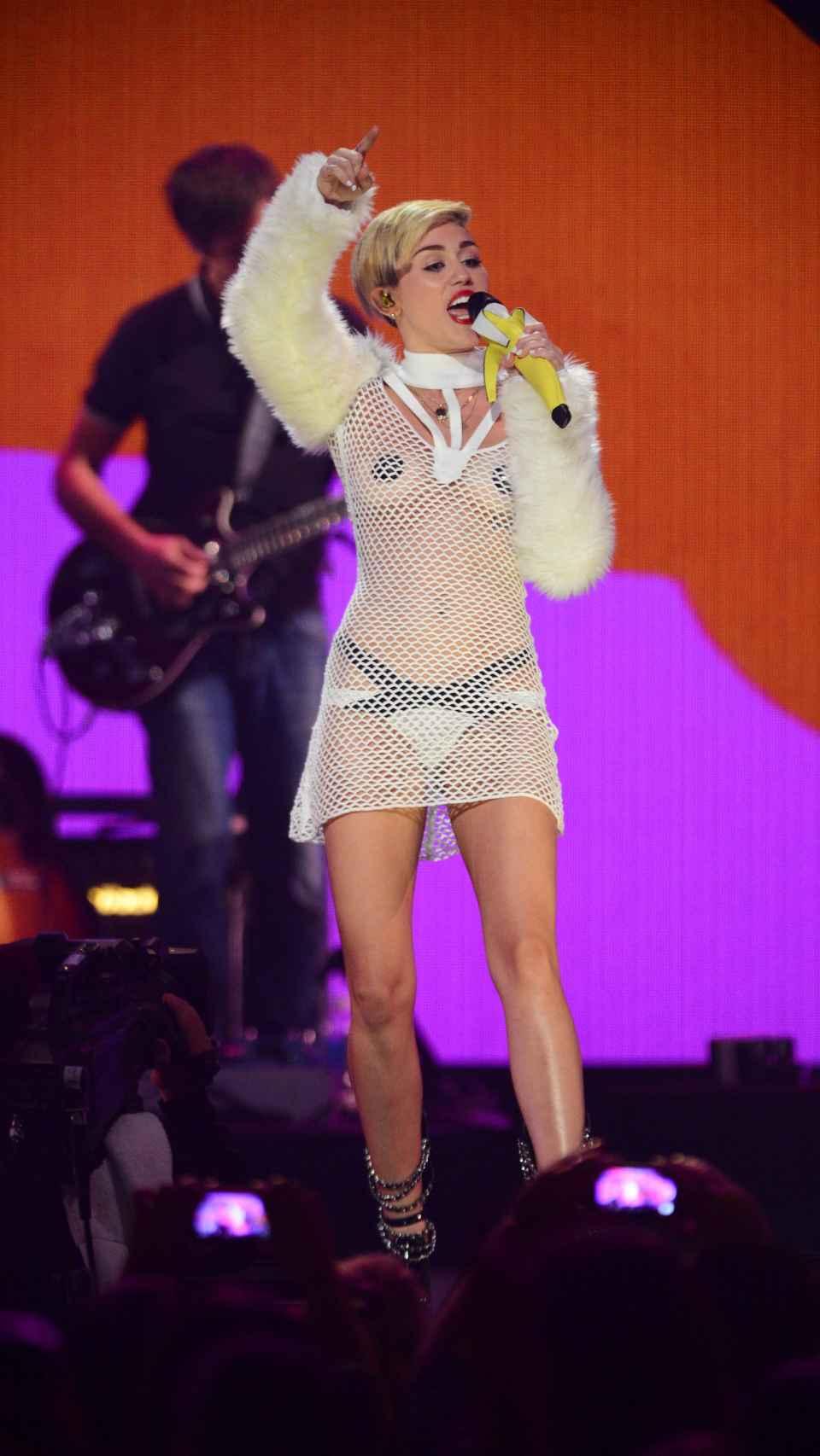 Miley Cyrus con una de sus piezas.
