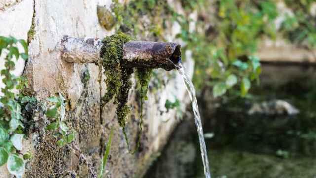 Un caño expulsa agua de un manantial subterráneo.