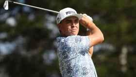 Rickie Fowler y su camisa hawaiana en el Torneo de Campeones de la PGA.