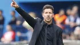 Simeone da órdenes a sus jugadores   Foto: atleticodemadrid.com