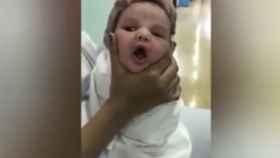 Despiden a tres enfermeras tras viralizarse cómo jugaban con la cara de un bebé