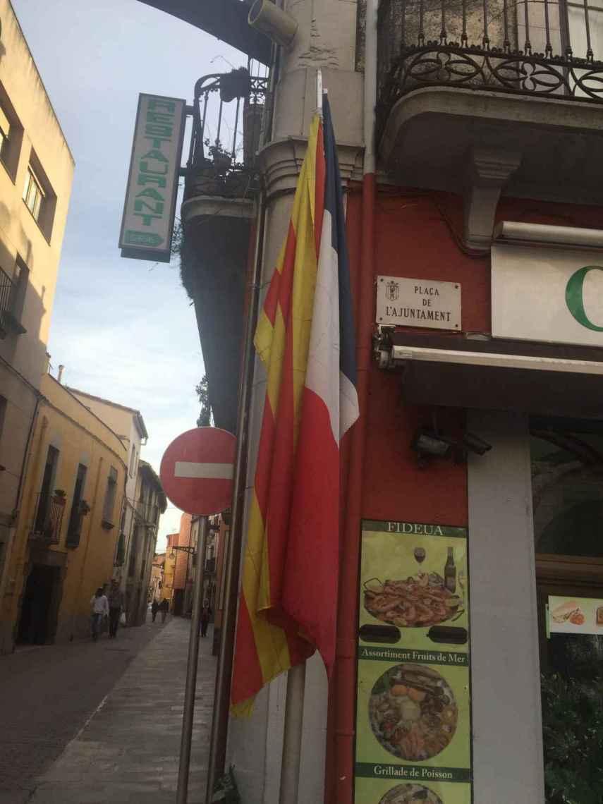 Las banderas de Cataluña y Francia en la plaza del Ayuntamiento de La Jonquera. Ni rastro de la española