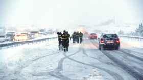 La Unidad Militar de Emergencias trabajando durante el caos vivido en la autopista AP-6 hace unas semanas.