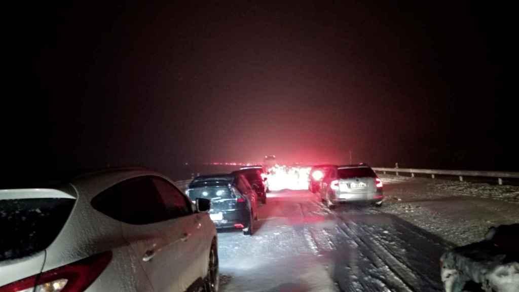 Algunos conductores y ocupantes de coches se quedaron sin gasolina o sin batería