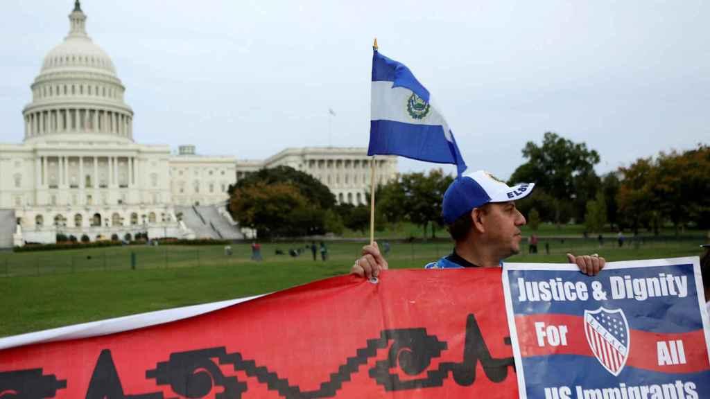 Un salvadoreño en protesta delante de la casa Blanca, en una imagen de archivo.