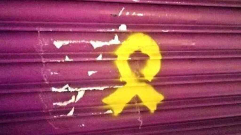 Pintada de un lazo amarillo en la tienda de los padres de Rivera.