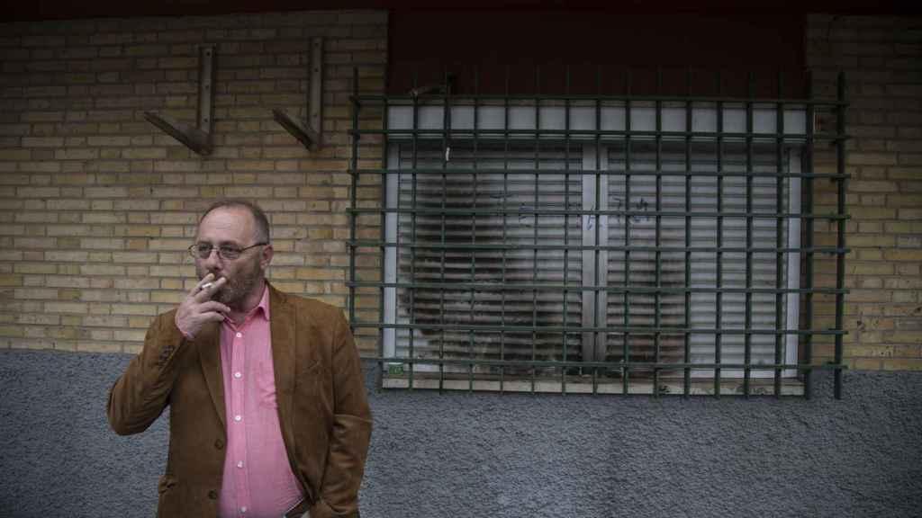 Antonio Del Castillo delante de la ventana del comedor de la casa en la que asesinaron a su hija hace nueve años.