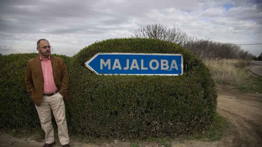 El padre de Marta delante de una señal que indica la entrada a la finca Majaloba.