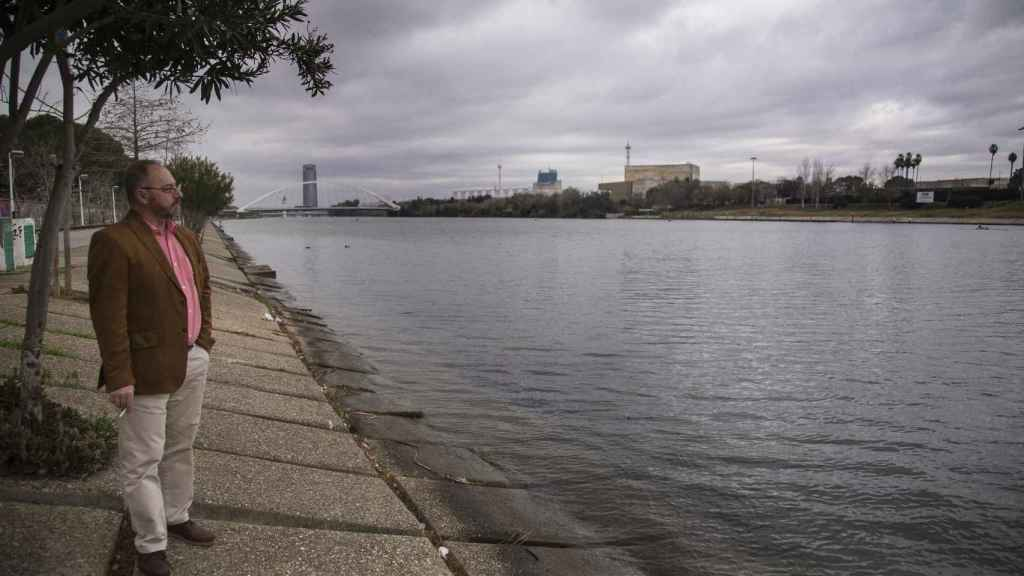 Antonio Del Castillo en la zona de la última búsqueda de su hija en una dársena del río Guadalquivir.