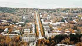Akademgorodok se encuentra situada a unos 20 kilómetros a las afueras de la ciudad de Novosibirsk.