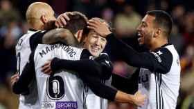 Vietto abraza a sus compañeros para celebrar un gol.