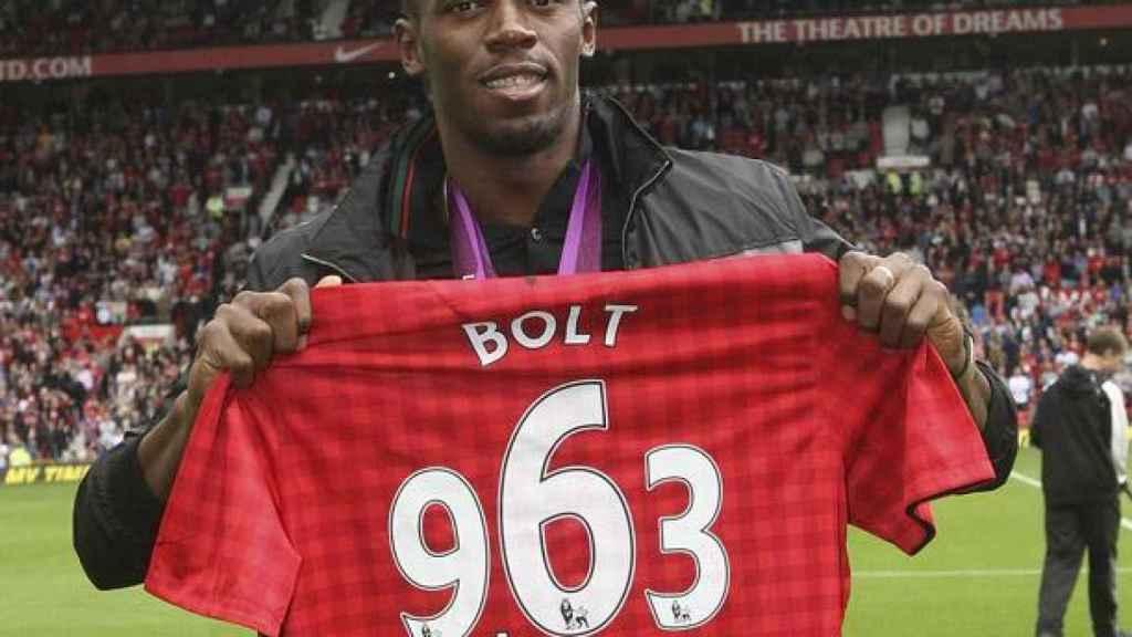 Usain Bolt posa con la camiseta del Manchester United.
