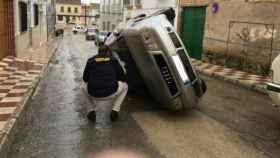 El vuelco de coches es una de las reacciones espontáneas en contra ciudadanos rumanos residentes en Pedrera.