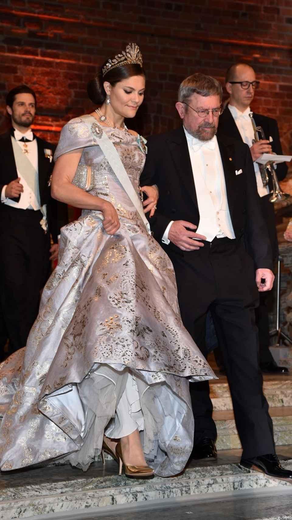 Victoria de Suecia luce un vestido diseñado por H&M.