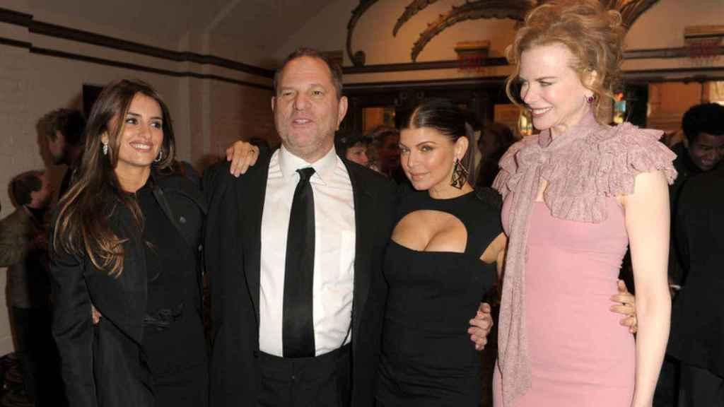 Penélope Cruz y otras actrices posan junto a Weinstein.