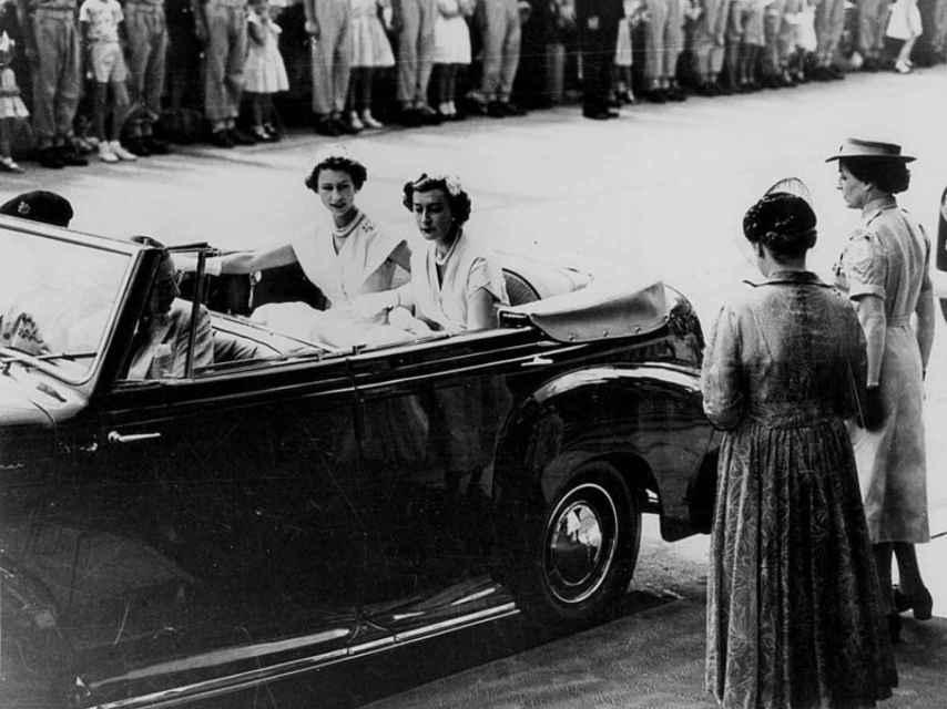 Lady Pamela acompaña a Isabel II como dama de acompañamiento en 1954.