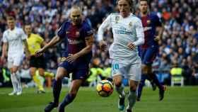Andrés Iniesta, junto a Luca Modric, en el último partido de Liga entre el Real Madrid y el FC Barcelona.,