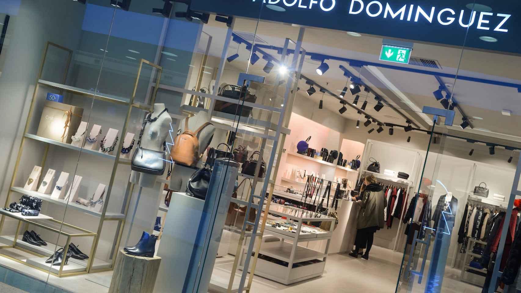 La nueva tienda de Adolfo Domínguez en un centro comercial de Vigo.
