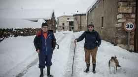 Joaquín y Cirilo, dos de los hombres del pueblo, en plena nevada.