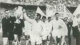 Paco Gento, con su sexta Copa de Europa.