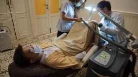 Un paciente sometiéndose a un blanqueamiento de pene.