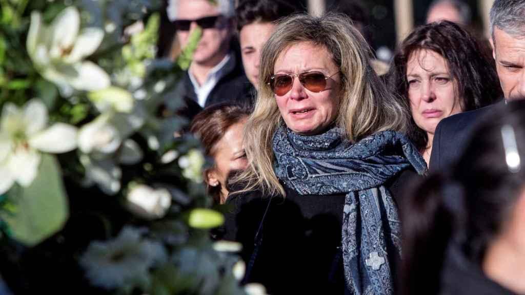La madre de la joven, Diana López-Pinel, a su salida del tanatorio madrileño de La Paz.