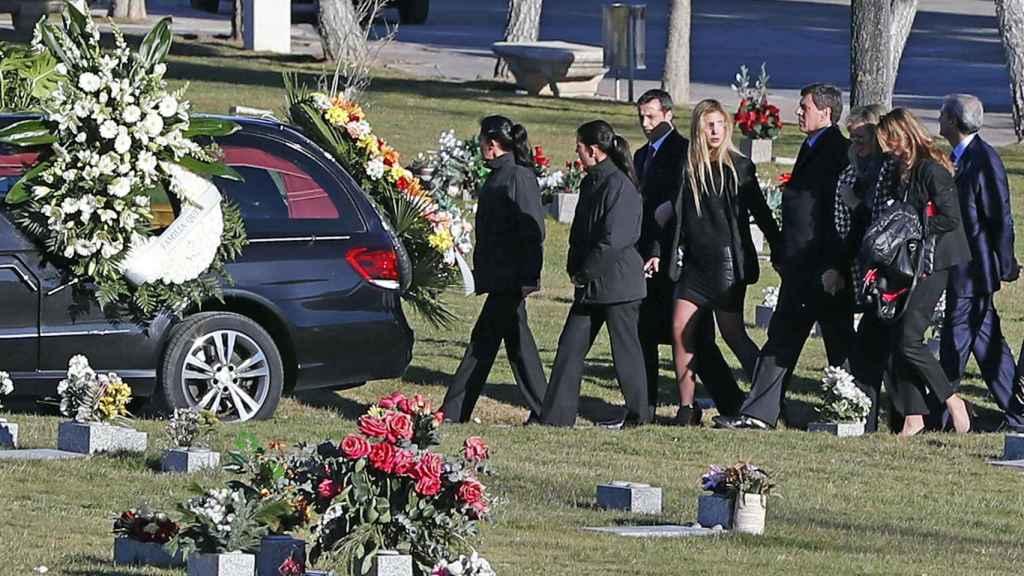 La familia acompaña al cuerpo en el cementerio de Pozuelo de Alarcón.