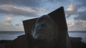 Busto en homenaje a Ramón Sampedro, que abrió el debate sobre la eutanasia en España.