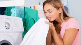 Una mujer huele una camisa de su pareja.