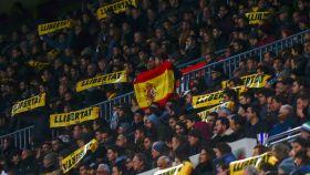 La bandera española entre los mensajes independentistas del Camp Nou.
