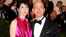 Bezos, en un acto con su mujer, Mackenzie.