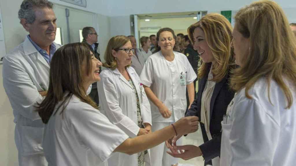 Susana Díaz, en una visita al hospital del Valme, en Dos Hermanas (Sevilla)