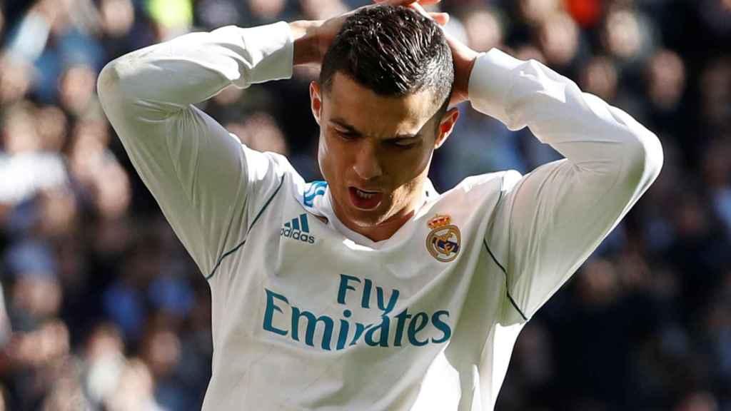 Cristiano Ronaldo se echa las manos a la cabeza.