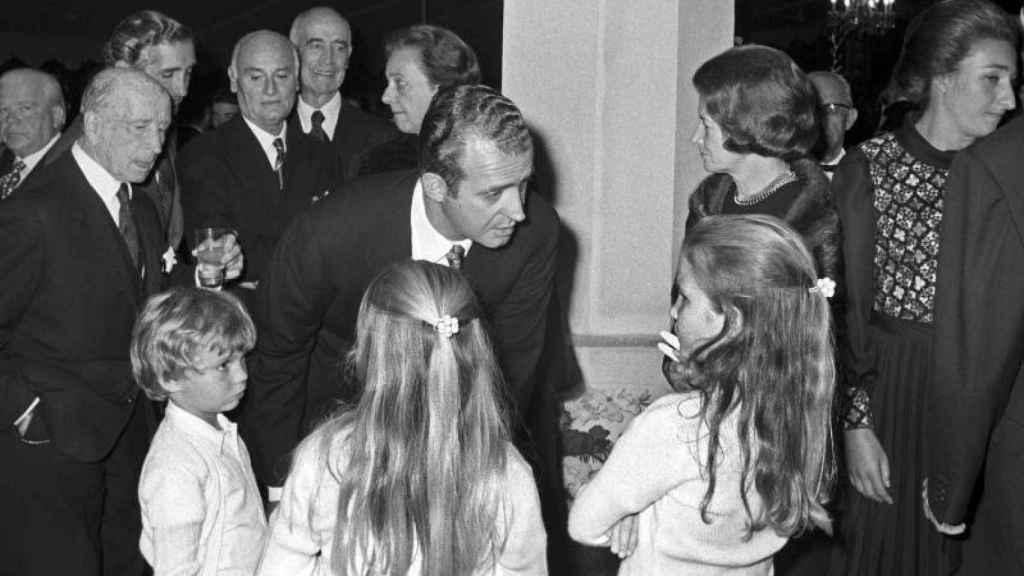 El Rey emérito junto a sus tres hijos en una fotografía de archivo