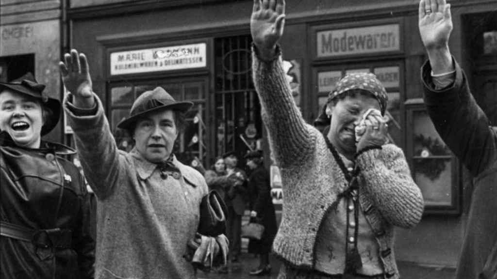 Mujeres en la Alemania de Hitler haciendo el saludo nazi.