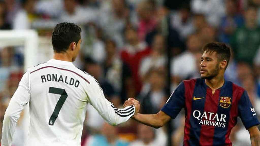 Neymar y Cristiano Ronaldo se dan la mano.