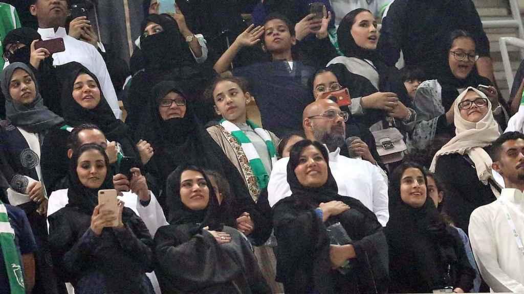 Mujeres en el primer partido de fútbol al que pudieron acudir en Arabia Saudí.